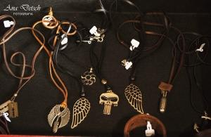 Na loja também tem algumas opções de correntes e pulseiras masculinas em couro