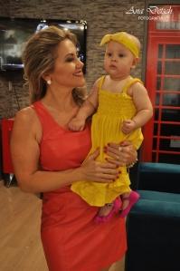 Mas o destaque da festa foi a pequena Joana, com seu vestido longo amarelo, faixa amarela e sapatinhos rosa pink.
