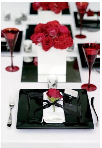 A mesa fica super romântica quando decorada em vermelho, preto e branco.
