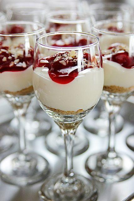 a sobremesa montada em uma taça fica deliciosa e super elegante.
