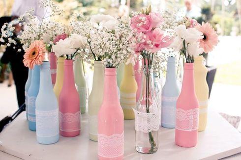 Garrafas antigas com um toque de cor e detalhes em tecido viram lindos e delicados vasos